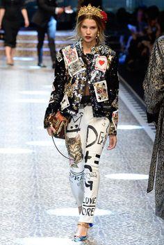 Dolce & Gabbana Herbst/Winter Ready-to-Wear - Fashion Shows Colorful Fashion, Love Fashion, Diy Fashion, Fashion Show, Fashion Outfits, Womens Fashion, Fashion Design, Fashion Trends, Fashion Hacks