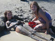 Duas meninas que jogam na praia do Danúbio. Dr. Martens, Combat Boots, Shoes, Fashion, Two Girls, The Beach, Pictures, Zapatos, Moda