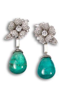 Ansorena-  pendientes años 50´s en oro blanco con diamantes talla brillante y pareja de esmeraldas.