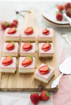 Strawberry cheesecake with yogurt. A delicious airy cheesecake with strawberries and yogurt that you can easily make yourself. Healthy Pastry Recipe, Pastry Recipes, Healthy Dessert Recipes, Delicious Desserts, Cake Recipes, Brunch, Mini Cakes, Cupcake Cakes, Pan Sin Gluten