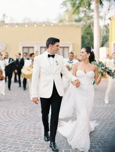 Mexico destination wedding photo | Romantic bride and groom picture | A stunning destination weekend wedding in Playa del Carmen | Cancun Real Weddings | LUCY MUNOZ PHOTOGRAPHY | Magnolia Rouge - Fine Art Wedding Blog