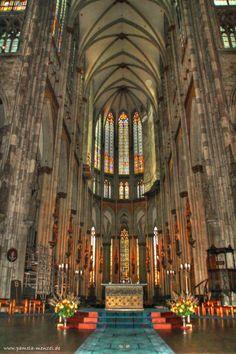 Interieur van de Dom van Keulen. Gotische kathedraal met kruisribgewelf en afbeeldingen op de gebrandschilderde ramen.