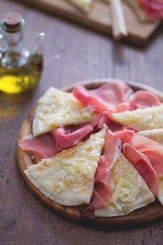 Brustengo: una sottile focaccina tipica di Gubbio. Abbiamo deciso di accompagnarla con del buonissimo prosciutto di Norcia! Brustengo with Norcia ham Elegant Appetizers, Party Finger Foods, Sandwiches, Just Cooking, Tacos, Light Recipes, International Recipes, Creative Food, Pain