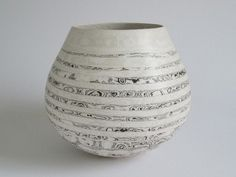 blueberrymodern:  ben davies is a uk potter – his site is here. his marbled pots take inspiration from the earth – stone and strata.