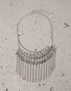 89836fb9079b Collar placa grabada y flecos. Descubre ésta y muchas otras prendas en  Bershka con nuevos