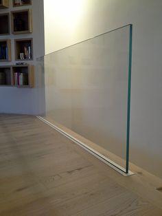 Parapetto in vetro con supporto a scomparsa.