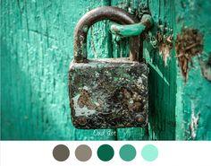 OUD SLOT - Mooie kleuren grijs - groen - petrol - aqua. Oud slot aan verweerde houten deur. Brocante