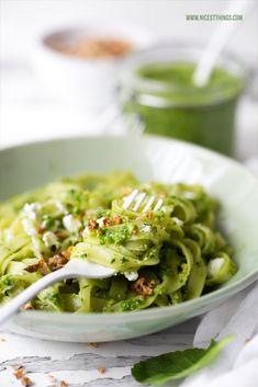Ein Rezept für Pasta mit Radieschengrün Pesto aus Radieschenblättern und Ideen, um weniger Essen wegzuwerfen: Waste Less