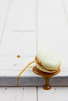 salted caramel Macarons are THE best! Salted Caramel Macaroons, Macaron Caramel, Caramel Mousse, Caramel Pudding, Caramel Candy, Yummy Treats, Delicious Desserts, Sweet Treats, Yummy Food