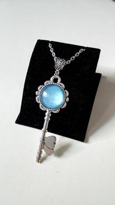 Collier Outlander sautoir celtique sassenach clé Lallybroch cabochon argenté bleu féérique