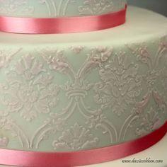 Rezept Rosafarbene Hochzeitstorte mit Brokat-Muster und Zuckerrosen | Das süße Leben http://www.dassüsseleben.com/2015/12/rosafarbene-hochzeitstorte-mit-brokat.html