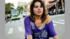 """Aline Cavalcante pedalando nas ruas de São Paulo. Foto de Carlos Alkmin (www.CarlosAlkmin.com) publicada no site da ESPN, em matéria sobre o projeto """"Bike é Legal"""", da jornalista e cicloativista Renata Falzoni"""