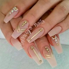 Opting for bright colours or intricate nail art isn't a must anymore. This year, nude nail designs are becoming a trend. Here are some nude nail designs. Cute Nail Designs, Acrylic Nail Designs, Coffin Nail Designs, Gold Nail Designs, Tribal Nail Designs, Matte Nails, Stiletto Nails, Matte Gold, Gold Coffin Nails