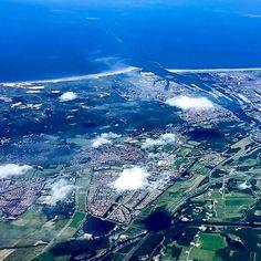Noordzeekanaal met Santpoort (links), Velserbroek (midden) en IJmuiden en Beverwijk (boven). Foto: Wiebe de Jager