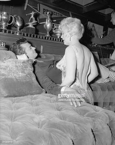 Marilyn Monroe with co-star Tony Curtis during the filming of 'Some Like It Hot', directed by Billy Wilder. Get premium, high resolution news photos at Getty Images Tony Curtis, Gentlemen Prefer Blondes, Vintage Hollywood, Classic Hollywood, Vintage Tv, Hollywood Glamour, Cinema Tv, Some Like It Hot, Marilyn Monroe Photos