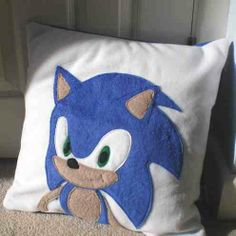 Sonic Cushion! Diy Crafts For Home Decor, Diy Arts And Crafts, Fun Crafts, Hedgehog Birthday, Sonic Birthday, Felt Pillow, Pillow Fabric, Cute Birthday Ideas, Sonic Party