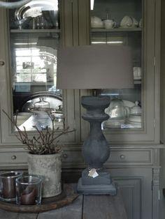 Staande lamp met stenen voet in grijstinten