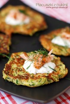 Placuszki z cukinii / Zucchini latkes (recipe in Polish) Healthy Recepies, Vegan Recipes, Cooking Recipes, Good Food, Yummy Food, Fresh Fruits And Vegetables, Pinterest Recipes, Kos, Foodies