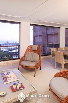 Dans un prestigieux immeuble situé dans le quartier résidentiel de Fontvieille, bénéficiant d'un service de conciergerie, d'une salle de sport et une piscine.  Cet appartement familial de 5 pièces offre des luxueuses prestations, deux grandes loggias dont une offrant une vue agréable sur le Port de Cap d'Ail et la mer. Salon Mid-century, Cap D'ail, Mid Century Living Room, Lounge, Outdoor Furniture Sets, Outdoor Decor, Reception Areas, Modern House Design, Wood Doors