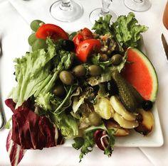 """Je n'ai pas """"très"""" faim aujourd'hui. Je vais """"juste"""" prendre une """"petite"""" entrée.  #goodtime #vegetables #mangeteslégumes #végane"""