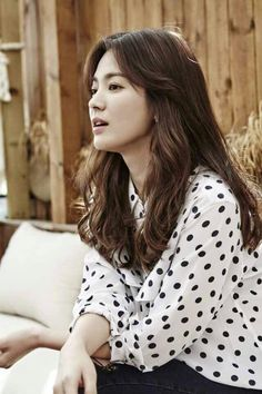 On April Song Hye Kyo held a press meet at the Jongno-gu Four Seasons Hotel in Seoul. This is her first one since her hit show Descendants of the Sun aired its final episode last week. T… Más Song Hye Kyo Hair, Song Hye Kyo Style, Song Joong Ki, Korean Actresses, Korean Actors, Korean Beauty, Asian Beauty, Asian Celebrities, Celebs