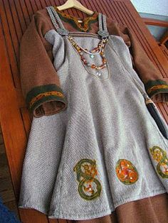Kobolds Kerkerbastelei: Trägerrock - her apron dress is short and she has lovely embroidery with sea shells for embellishment - I think this is an awesome idea and makes a lot of sense being that many of the Viking towns were next to/on the beach. (site in German)