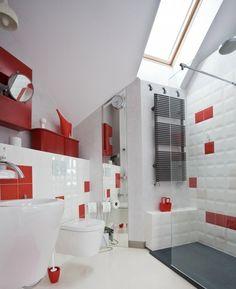 Badezimmer einrichten Fliesen Dachschräge rote
