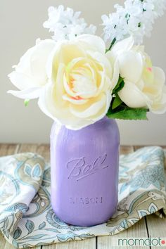DIY Painted Mason Jars Tutorial - Painted Mason Jars DIY, Perfect for Mason Jar Storage, Bathroom Decor, or Kitchen upkeep. Match paint to room for a quick and beautiful Custom craft, Also great for gifting Mason Jar Crafts, Mason Jar Diy, Mason Jar Storage, Shabby Chic Beach, Mason Jar Bathroom, Painted Mason Jars, Kitchen Styling, Diy Painting, Rustic Decor