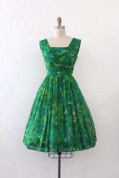 Mooie groene bloemen chiffon avondjurk uit de late jaren 1950. Deze jurk heeft een ingerichte taille en lijfje met een open rok.  Label: La Verne