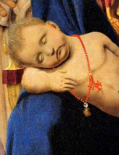 Dettaglio: Gesù Bambino con una collana di corallo e peli di tasso (Sacra Conversazione di Piero della Francesca)