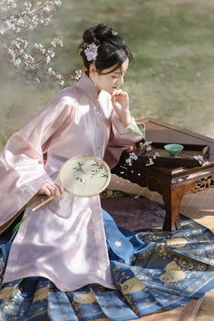 Chinese Traditional Costume, Traditional Dresses, Fan Ho, Chinese Drawings, Chinese Clothing, Ancient China, Chinese Culture, Hanfu, Doll Divine
