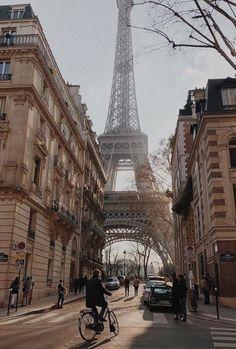 Top 8 ideas for photos in Paris Bonjour la France! Top 8 ideas for photos in Paris The best way to d Paris France Travel, Paris Travel Guide, Oh The Places You'll Go, Places To Travel, Travel Destinations, Oh Paris, Paris City, Streets Of Paris, Triomphe