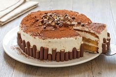 Tiramisu is an institution and many variations have emerged from the original recipe. In this recipe we offer it as a cake, to experiment, have fun and Italian Desserts, Italian Recipes, Brze Torte, Cheesecake Recipes, Dessert Recipes, Yogurt, Mojito, Tiramisu Cake, Food Cakes