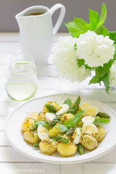 Młode ziemniaki + zielone szparagi jajka + koperek + sos musztardowy