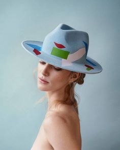 Beautiful Artistic Decorated Hats  Laura Apsit Livens is a fashion designer based in London. She imagines beautiful decorated hats. With a plain-color based hats get different shape following models. All to change hat following your wish and matching this accessory with your clothes.        #xemtvhay