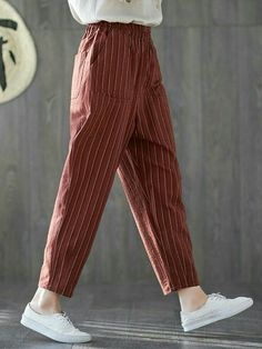 Elegant loose casual pure color wide leg pants to look more stylish fashion styles Look Fashion, Fashion Pants, Hijab Fashion, Fashion Outfits, Fashion Design, Fashion Styles, Loose Pants Outfit, Harem Pants Outfit, Outfit Jeans