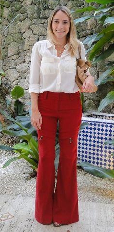 Calça Flare vermelha; look trabalho; camisa branca