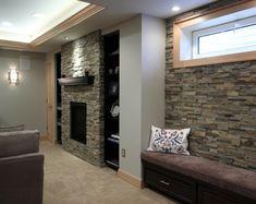 Steinwand wohnzimmer ~ Ein kompaktes wohnzimmer mit kamin fernseher auf einem regal