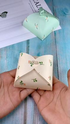 The small paper box origami tutorial is very suitable for small gifts. The folding method is very simple. After reading the tutorial, you can easily fold out the small paper box. diy gift How to make a gift box? Cool Paper Crafts, Paper Crafts Origami, Origami Paper, Paper Crafting, Origami Boxes, Dollar Origami, Origami Gifts, Origami Templates, Box Templates