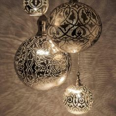 Spray paint through lace onto clear ornaments. Dollar Store sells clear ornaments and lace doilies Decoration Christmas, Noel Christmas, Christmas Projects, All Things Christmas, Winter Christmas, Holiday Crafts, Holiday Fun, Christmas Bulbs, Christmas Ideas