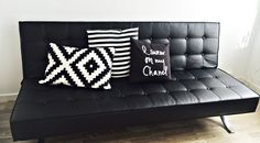 Svart Pantern bäddsoffa med kromben. Silver, krom, futon, konstläder, skinn, djuphäftad, vardagsrum, sovrum, möbler, inredning. http://sweef.se/soffor/60-pantern-baddsoffa-futon.html