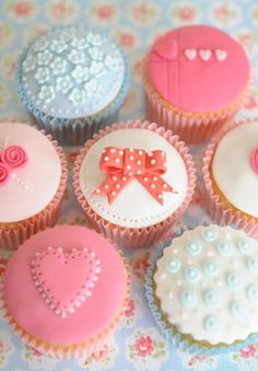 Bows and flowers on cupcakes make them mega cute!