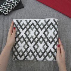 Crochet Clutch Pattern, Tapestry Crochet Patterns, Modern Crochet Patterns, Crochet Pouch, Crochet Stitches Patterns, Crochet Purses, Crochet Designs, Beading Patterns, Knit Patterns