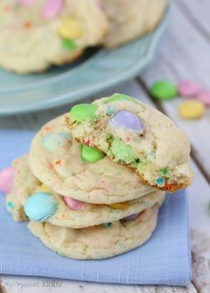 Funfetti Cake Mix Cookies is one of my favourites, I just love the spring 'Eastery' look and the moist cake-like taste. This is one amazing cookie, guys! Funfetti Cake Mix Cookies, Cake Mix Cookie Recipes, Dessert Recipes, Cake Cookies, Pudding Cookies, Cake Recipes, Easy Easter Desserts, Easter Recipes, Easter Deserts