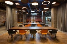 Office of ING Bank Turkey HQ / Bakirkure Architects -Istanbul, İstanbul, Turkey Interior Design Photos, Commercial Interior Design, Office Interior Design, Commercial Interiors, Office Interiors, Diner Restaurant, Innovative Office, Oak Shelves, Modern Office Design