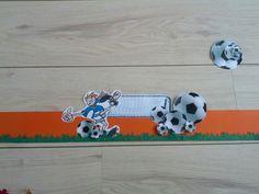 Hoedenstrook versierd met thema voetbal. Moet nog rond geniet worden en voorzien van bogen etc. De losse onderdelen die ernaast liggen zijn voor op de bogen. Gebruik gemaakt van mijn 'Big shot' voor de vormen.