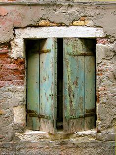A Venetian window, one of thousands that I just find so storied and rich with it's antiquated beauty. Old Windows, Windows And Doors, Door Knockers, Door Knobs, Foto Transfer, Vintage Doors, Garden Doors, Unique Doors, Old Doors