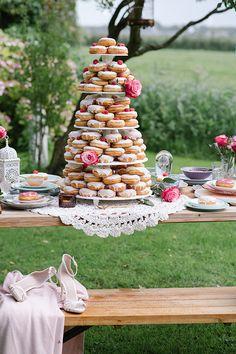 A donut tower is an essential dessert option for a brunch-themed wedding. Donut Wedding Cake, Wedding Donuts, Wedding Sweets, Cool Wedding Cakes, Brunch Wedding, Table Wedding, Dessert Dips, Buffet Dessert, Fun Desserts