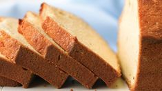 Pound cake is one of the oldest types of cake in the U. It's an easy cake that keeps well and can be flavored in many delicious ways. Here is information on the origin of the pound cake. Also, we share our best tips for successfully making a pound cake. Just Desserts, Delicious Desserts, Dessert Recipes, Yummy Food, Potluck Desserts, Vanilla Pound Cake Recipe, Pound Cake Recipes, Pound Cakes, Vanilla Sauce