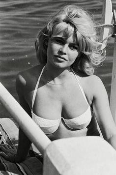 Sailing Away - You'll Love These Rare Photos of Brigitte Bardot - Photos Bridgitte Bardot, Beautiful Celebrities, Beautiful Actresses, Beautiful Women, Classic Hollywood, Old Hollywood, Brigitte Bardot Young, Brigitte Bardot Bikini, Bridget Bardot Hair